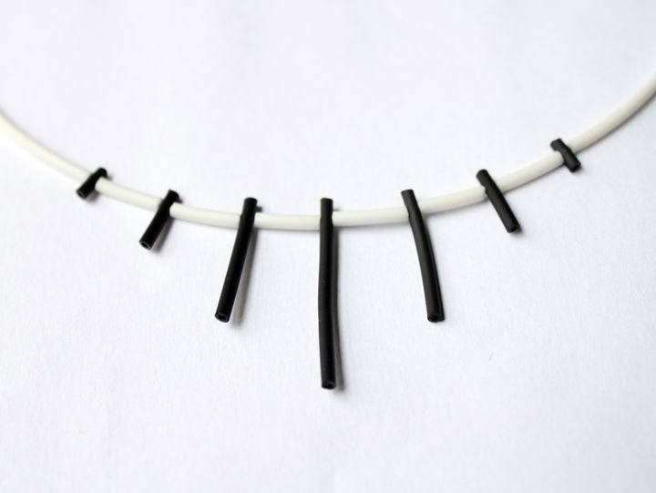 collier caoutchouc blanc et piques noires